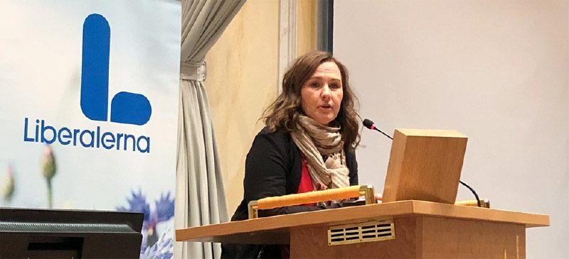 Juno Blom i talarstolen för Liberalerna