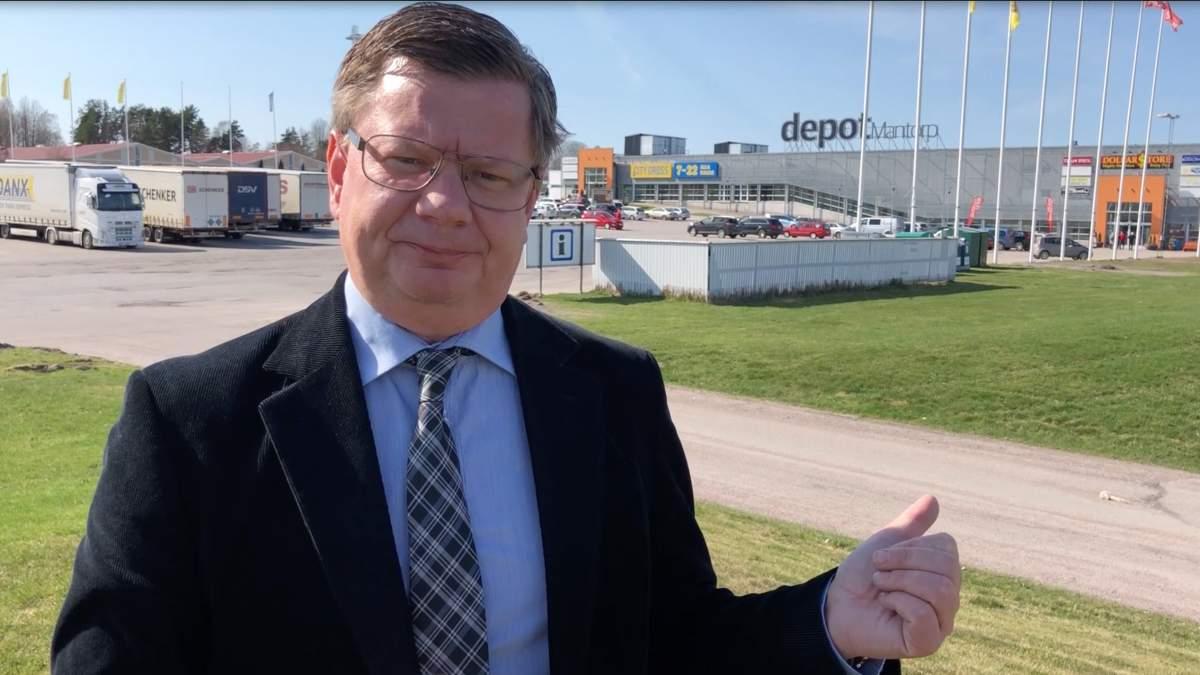 Magnus Liwing (L) berättar om Systembolag i Mantorp.